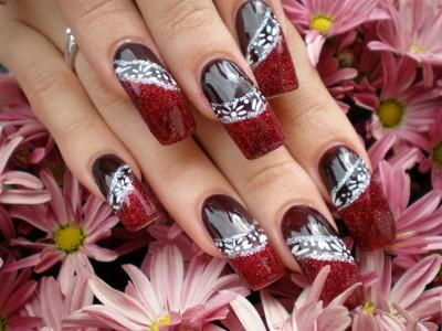 Pinselmalerei auf dunkelroten Nägeln mit Glittergel Nailart