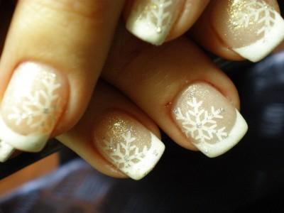 Winterliche Nailart Schneeflocken auf French gestampt
