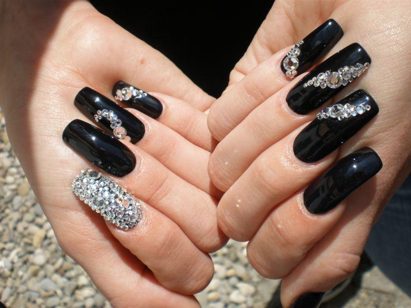 Дизайн ногтей с черными стразами фото